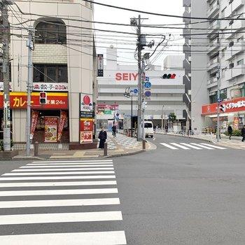 駅に近づくと飲食店やスーパーというラインナップ。