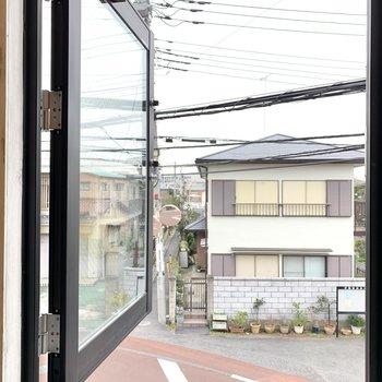 【LDK】キッチン脇の窓からは目の前の道路が見えます。