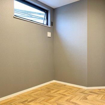 【洋室】約4.2帖で独特な形の空間です。