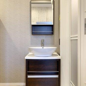 洗面室の正面は角張った洗面台。ボウルは丸みがありました。