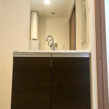 洗面台は鏡が大きめ!※写真は同間取り別部屋です