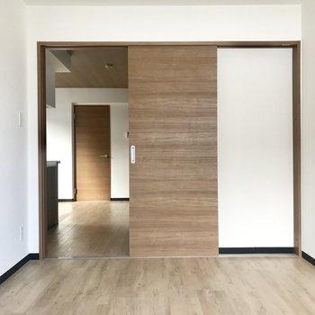 こちらは6帖のお部屋※写真は同間取り別部屋です
