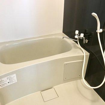 お風呂はスタンダードタイプ※写真は同間取り別部屋です
