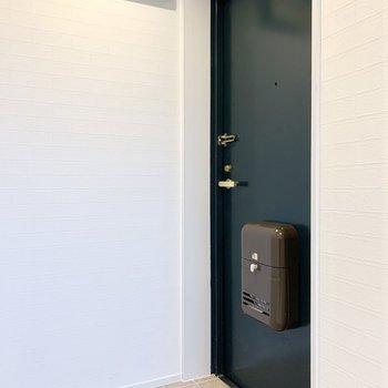 玄関ドアやポストの色もかわいくないですか?