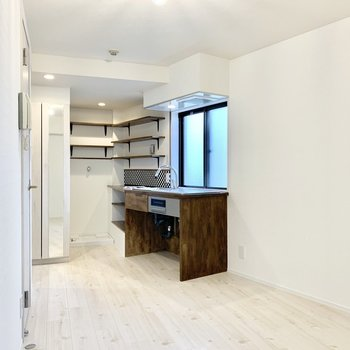 スチールラックや食器棚を置いたりして家電や食器もいろいろ収納できそう。