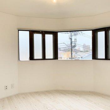 東側にはテレビ線があるのでテレビ台を置いてもいいし、テーブルを置いても気持ちよく作業できそう。