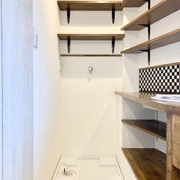 キッチン奥に洗濯機。効率よく家事を。