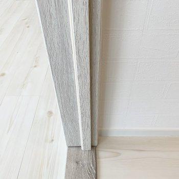 レンガ調の壁紙も淡いフローリングも木材も美しいんです。