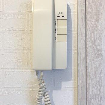 サニタリーのドア横にインターホン電話。