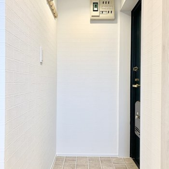 玄関ドアがお部屋から見えないのがポイント。