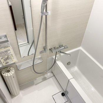お風呂もシンプルだけど高級感があります。
