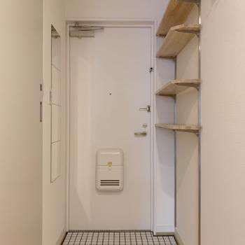 玄関は白で統一!シューズラックとしても使える可動棚付き。