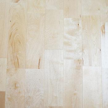 ふんわり明るくて無垢感もあるバーチの床材、アップで。
