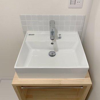 洗面台は四角!大工さんお手製の棚付き。