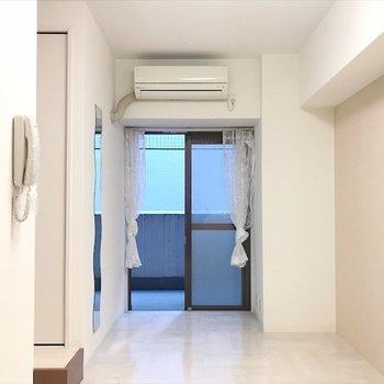 ほぼオールホワイトなお部屋。