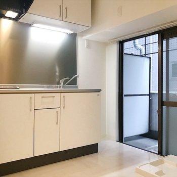 キッチンスペースは4帖もあるので、食器棚や冷蔵庫を置いてもゆったり使えそう!