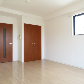 2面採光のお部屋となります(※写真は13階類似間取り・別部屋のものです)