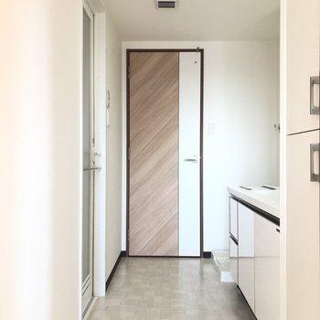 サニタリースペースは、 洋室①、玄関前の廊下の2wayになっています!