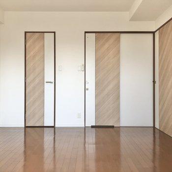 左からクローゼット、サニタリーへのドア、リビングへのドアになります。