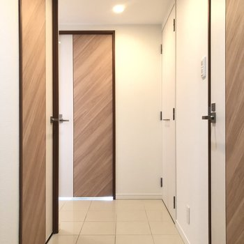 廊下の白いタイルが上品で、 建具もデザイン性があります!