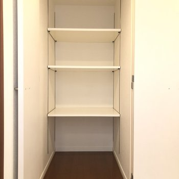 廊下にある収納は奥ゆきがあるので、 扇風機などの電化製品も収納できますね!