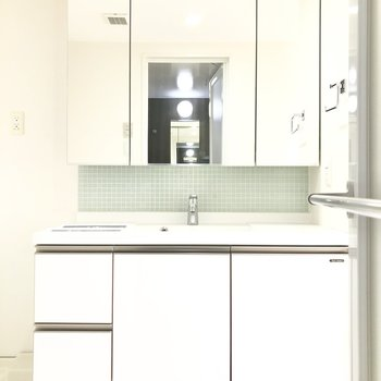 忙しい朝も渋滞しないですみそう! 大きな鏡が嬉しい洗面台は、収納もたっぷり。