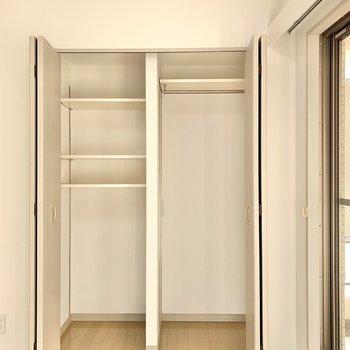 【洋室】丈の長い服が掛けられる収納。棚の高さは変えられます。※写真は前回募集時のものです