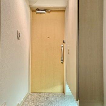 玄関は段差が少なめで、ペットも躓かなさそう。※写真は前回募集時のものです