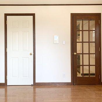 扉のデザインも統一感があります。