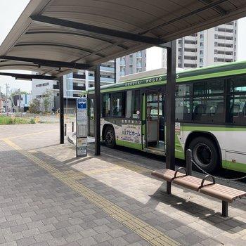 駅前のバス停です。