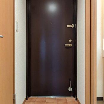 テラコッタ風タイルの玄関スペースです。