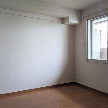 【洋室】ベッド、本棚などを置いて理想の寝室に。