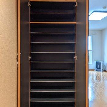 シューズボックスは大容量◎沢山の靴を収納できますよ。