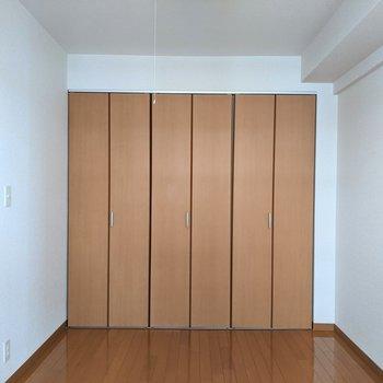 【洋室】こちらのお部屋にクローゼットがあります。
