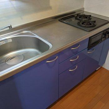 【LDK】かわいいブルーのシステムキッチンです。