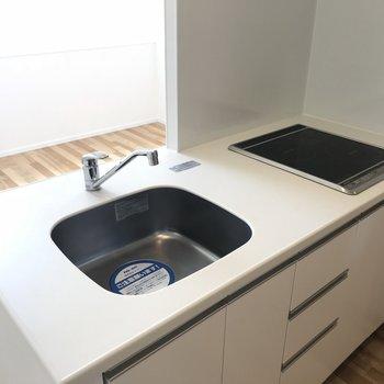 キッチンは2口IHコンロ(※写真は8階の反転間取り別部屋のものです)