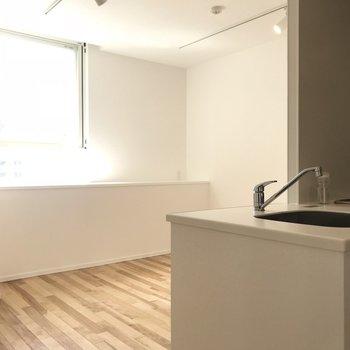 キッチンスペースを除くと8帖程の生活空間。(※写真は8階の反転間取り別部屋のものです)