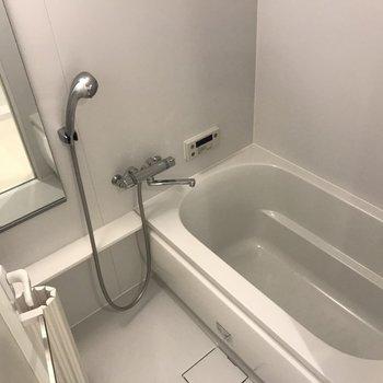 お風呂はゆったりめ(※写真は8階の反転間取り別部屋のものです)