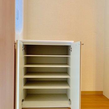 靴は1段3足ほどしまえます※写真は2階の同間取り別部屋のものです