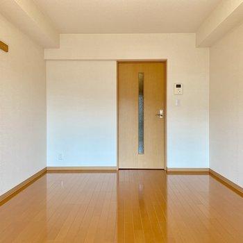 色んなレイアウトが楽しめそうなシンプルな内装※写真は2階の同間取り別部屋のものです