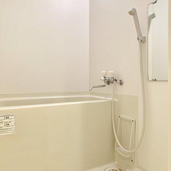 お風呂には鏡もしっかり付いています※写真は2階の同間取り別部屋のものです