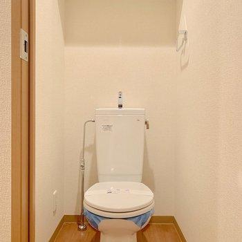 トイレは個室です※写真は2階の同間取り別部屋のものです