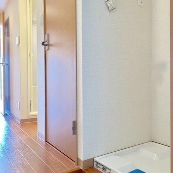 洗濯機置き場は玄関横にあります※写真は2階の同間取り別部屋のものです