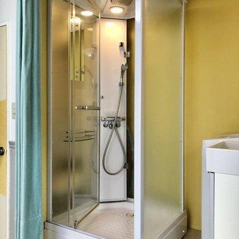 お風呂はシャワーのみ。海外の映画みたいっ!