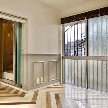 窓はこちら側にも。先は共用廊下なのでカーテンは必須ですね!