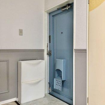 お部屋に馴染むブルーが印象的な玄関。