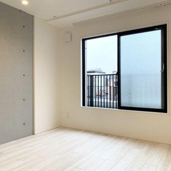 【DK】北東向きの窓です。優しい光が入ります。