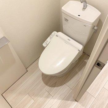 温水洗浄便座付きのトイレです。床がフラットで掃除がしやすいです。