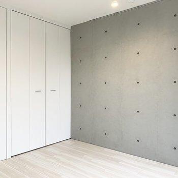 【洋室】こちら側は1面コンクリートの壁になっています。