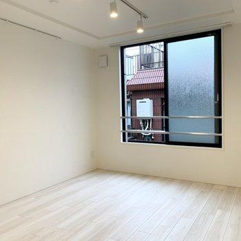 【洋室】洋室があります。ライティングレールが素敵です。